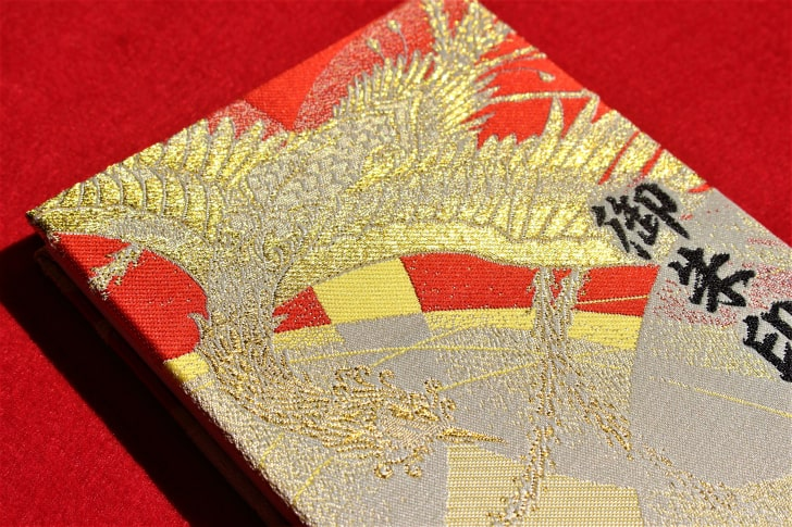 金の刺繍でキラキラ光る御朱印帳