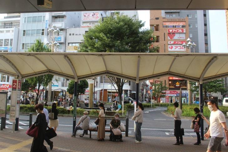 高円寺駅北口。目の前にバス停がある